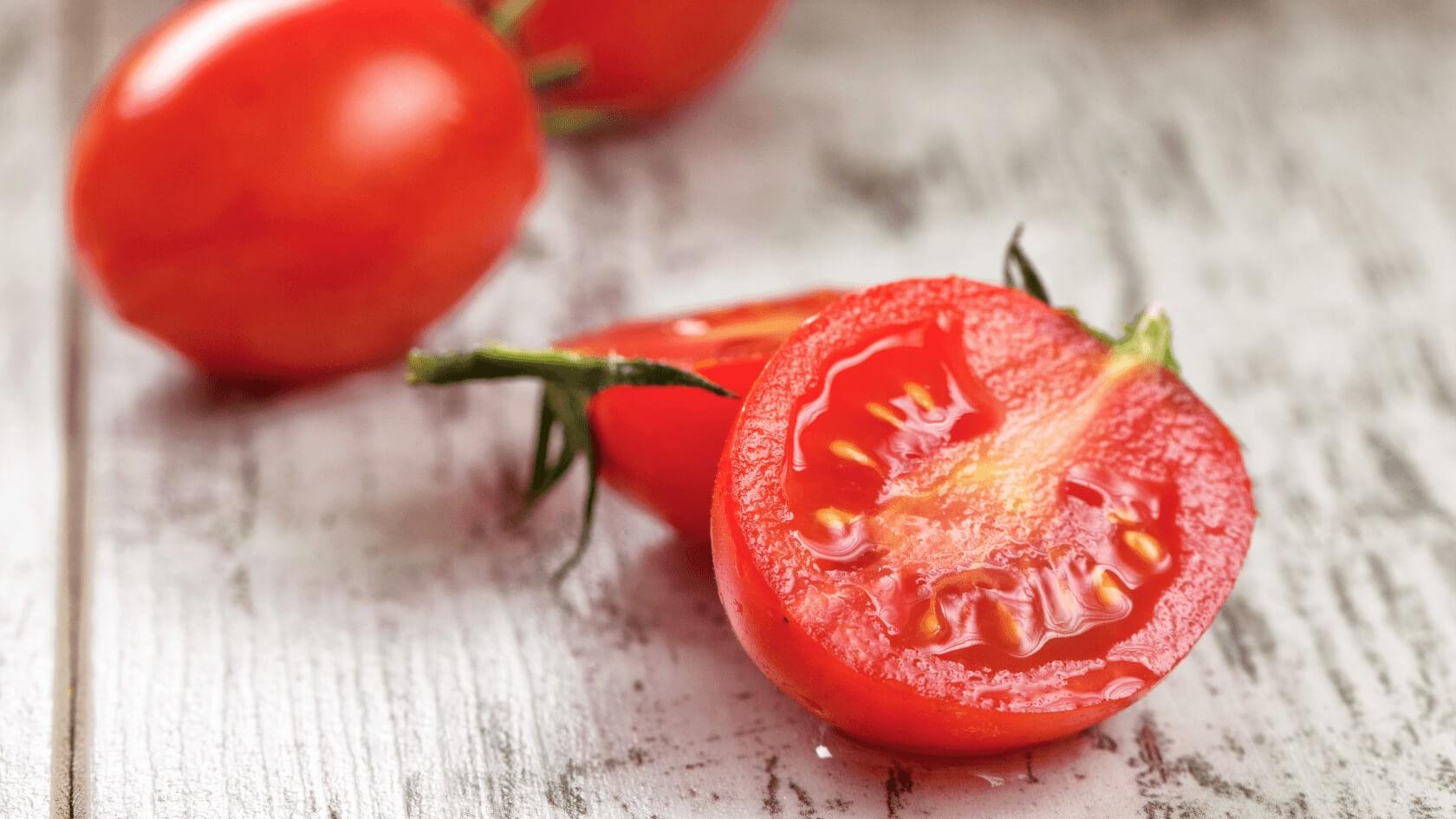 Eine halbierte Tomate auf dem Tisch.