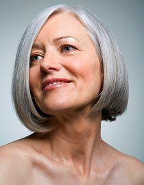 Donna con uno splendido caschetto grigio
