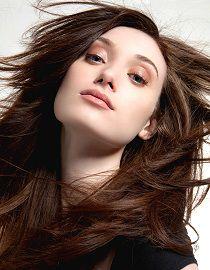 Modella con capelli castani forti e sani