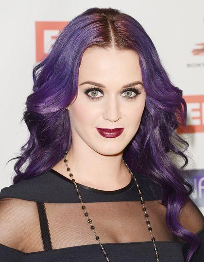 Katy perry opte pour un style rock avec une coloration prune intense