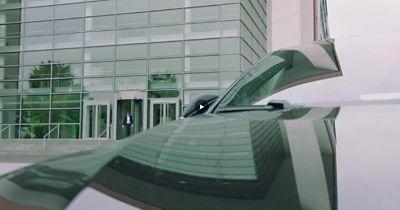Gros plan d'un homme qui approche d'un véhicule électrique