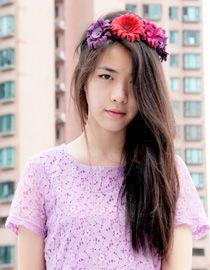 Zoe Suen z opaską z czerwonymi i fioletowymi kwiatami