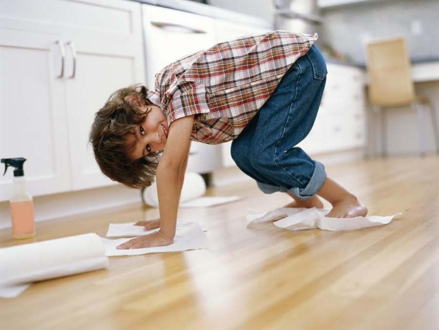 Niño con toalla de papel