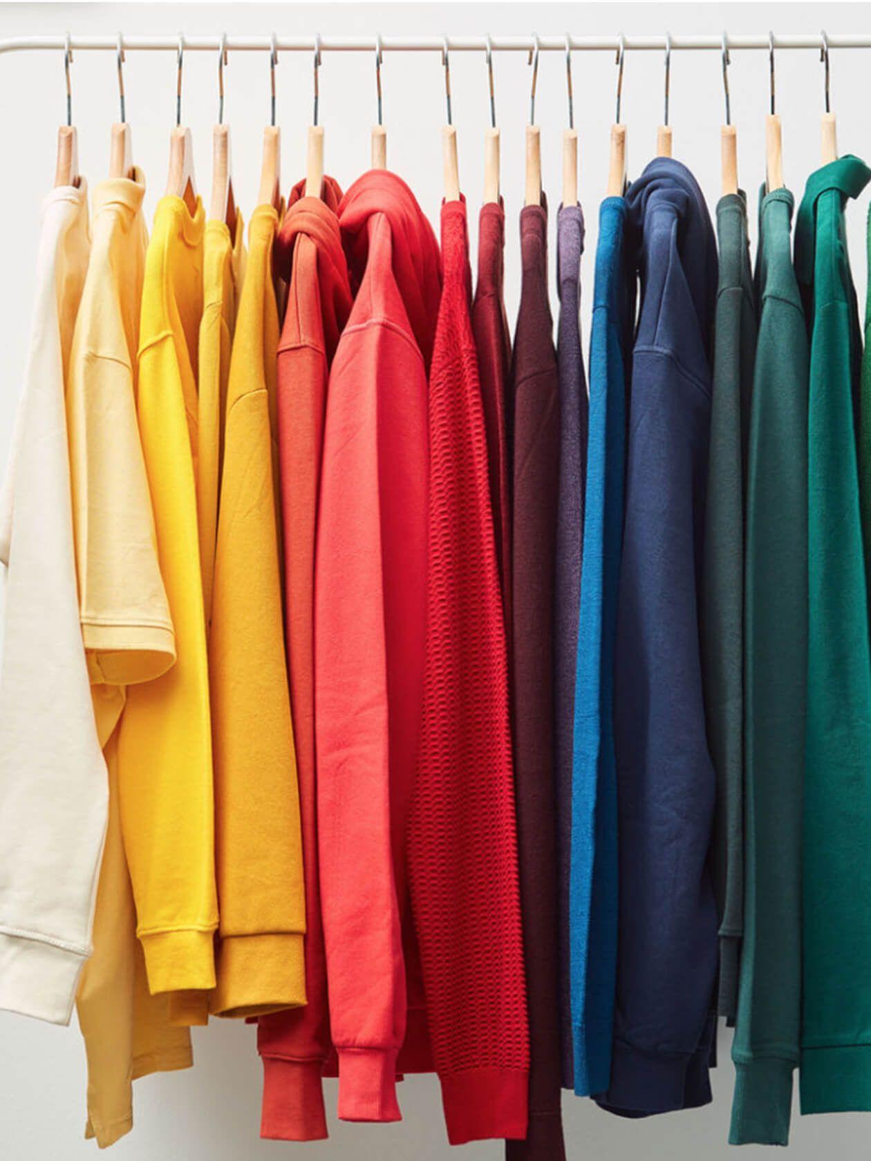 Des vêtements colorés sur un une tringle à vêtements