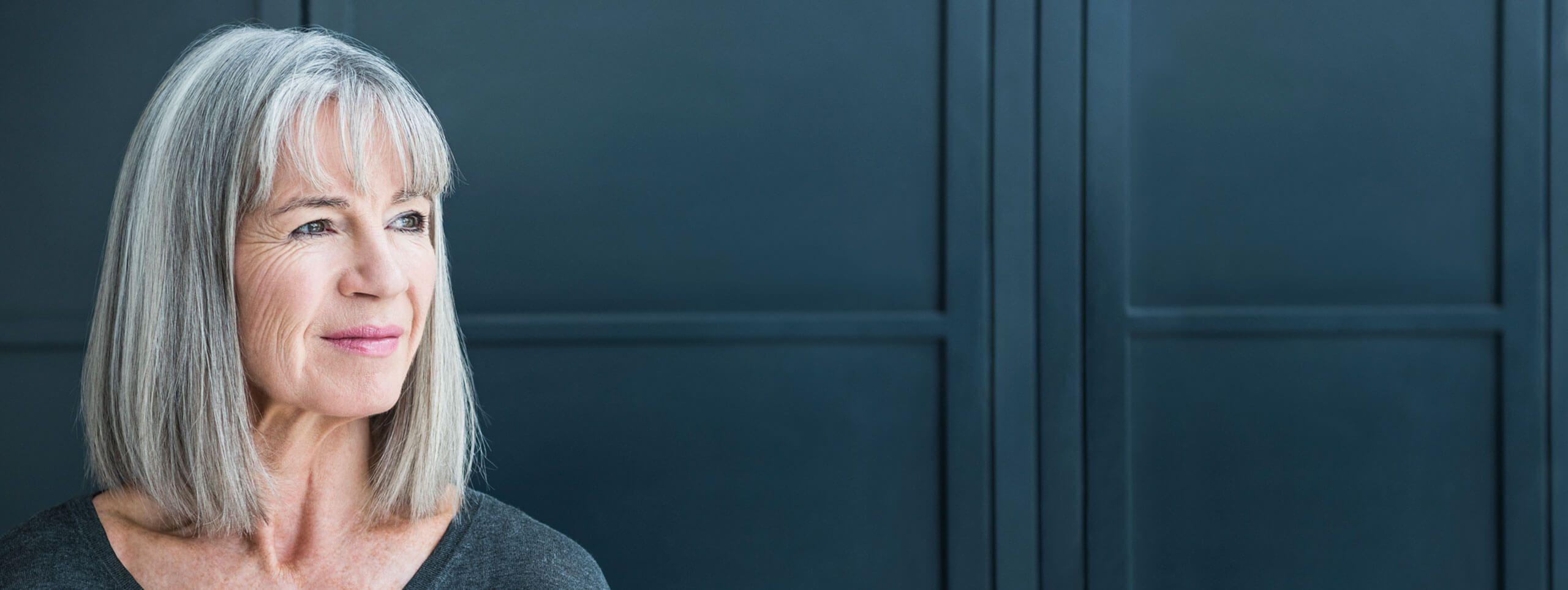 Cabello con canas modelo mayor melena