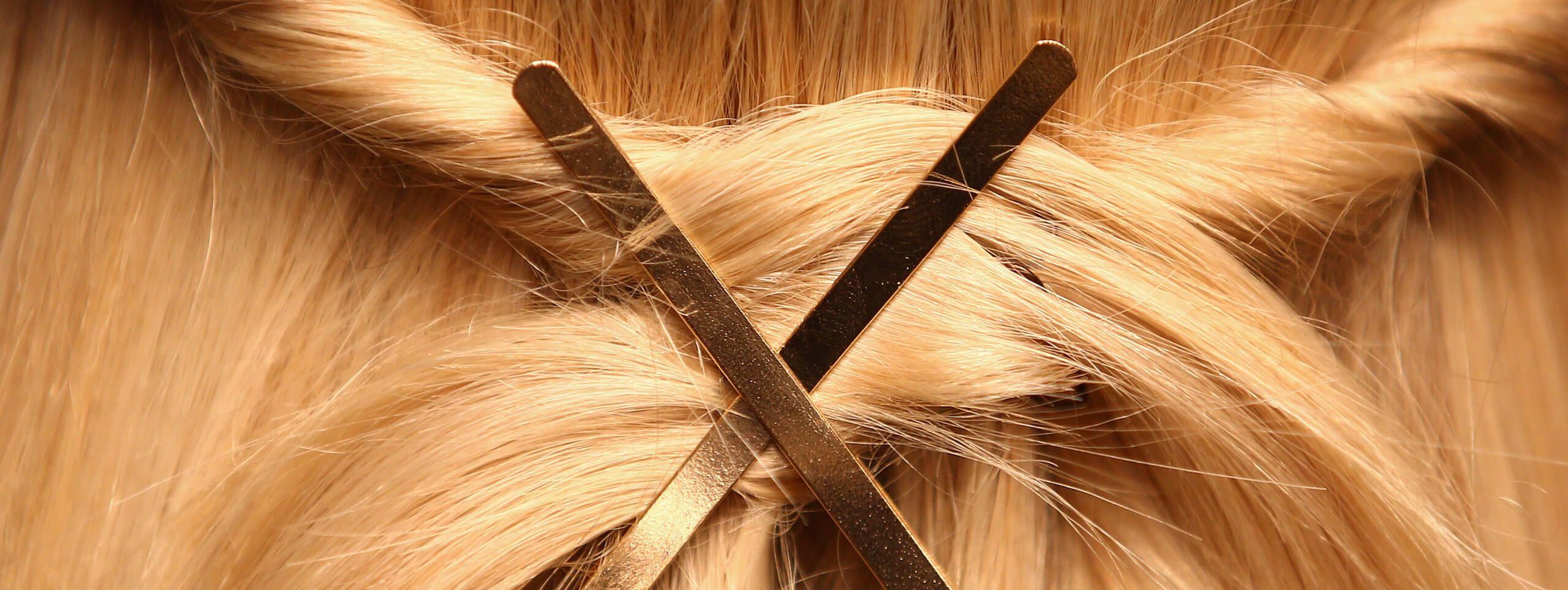 Accessori per capelli: capelli biondi con forcine fermacapelli