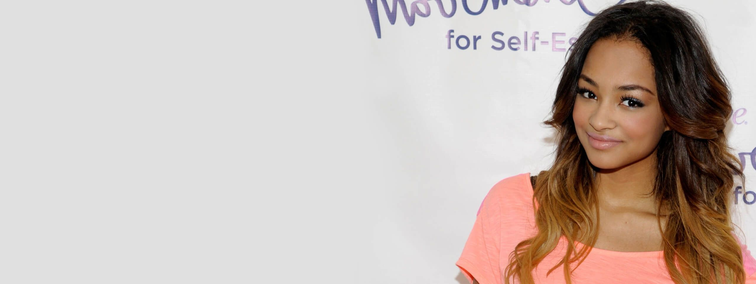 Chica con mechas californianas color rubio oscuro