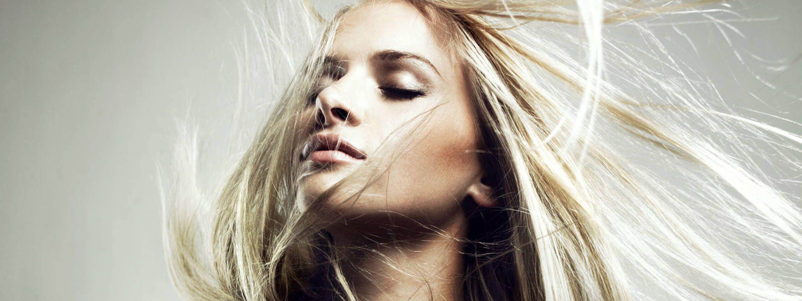 Chica pelo rubio largo y fino