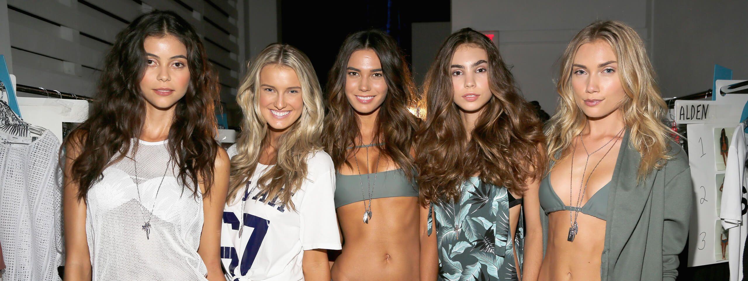 Cinq mannequins avec coiffures effet retrour de plage