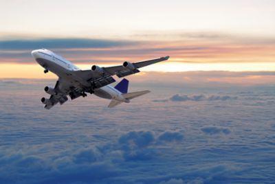 飞机在云层上空右转飞行