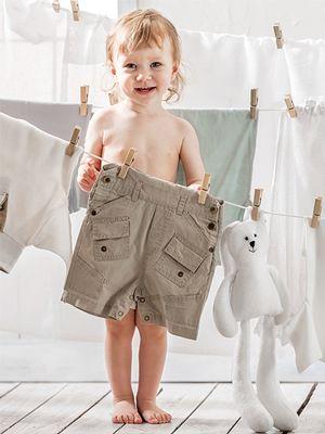 Dijete drži hlače u rukama