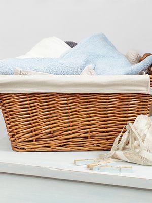 Košara s bijelim i plavim ručnikom