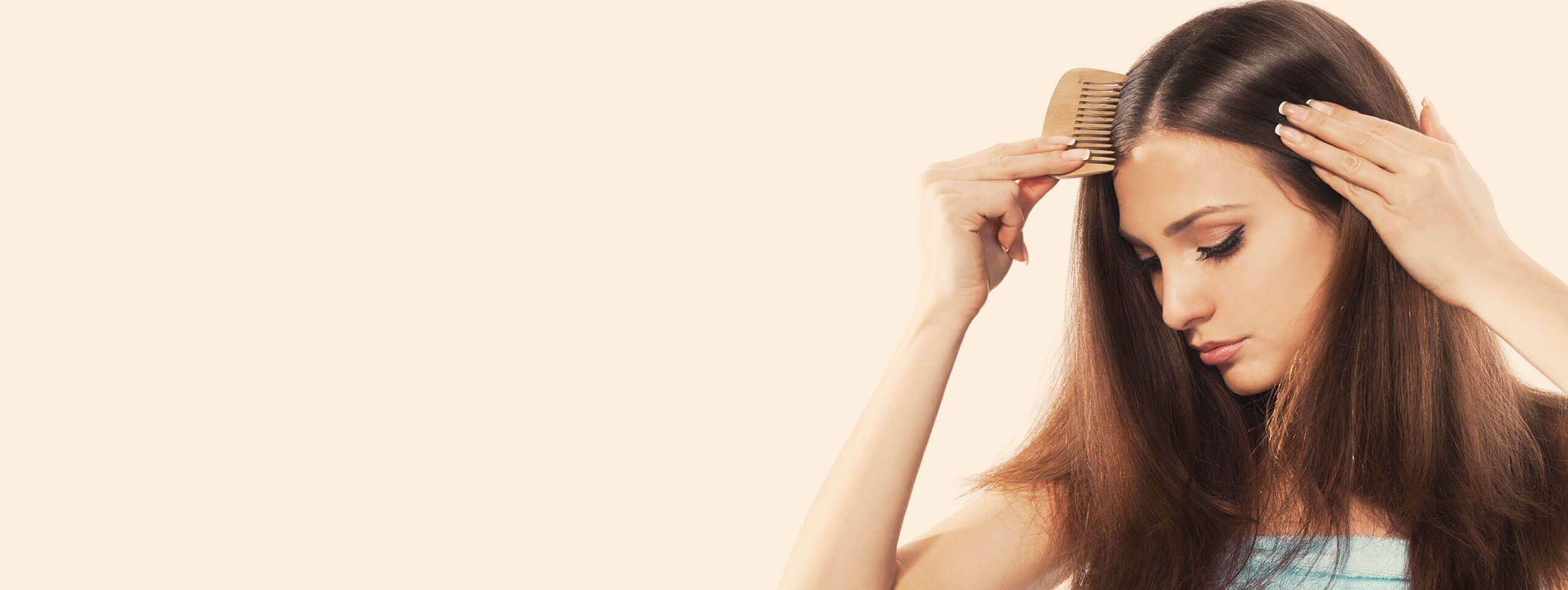 Donna che si pettina i capelli con riga in mezzo