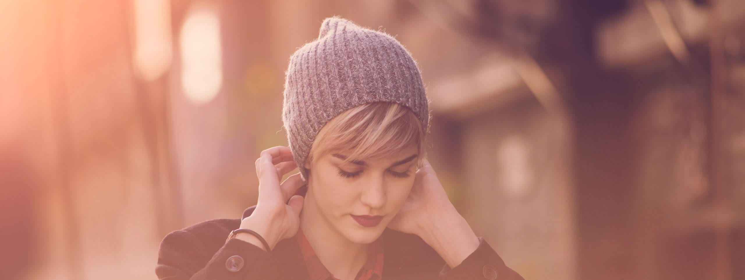 Cappello color lavanda su modella con capelli biondi