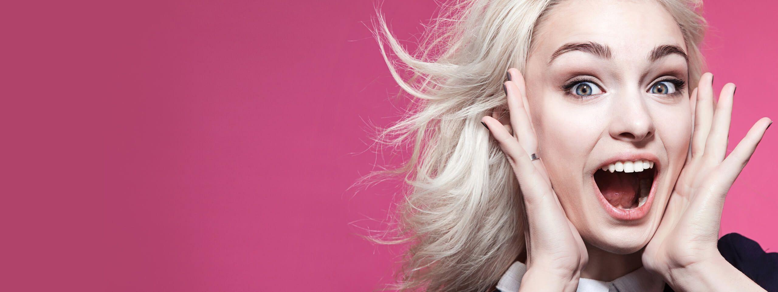 Donna con capelli biondi decolorati
