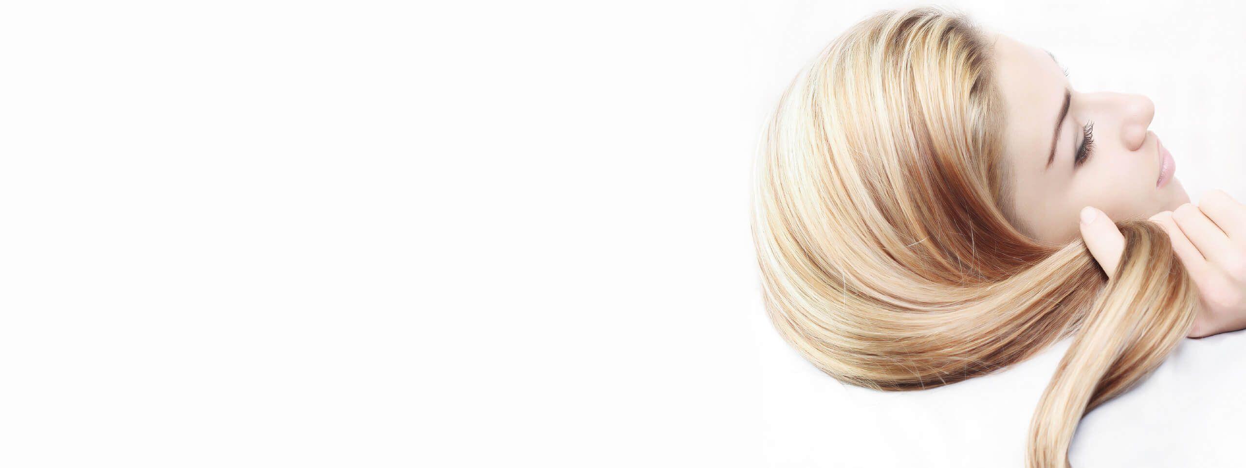 Donna con capelli biondi lisci e splendenti