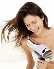 Kobieta susząca długie włosy