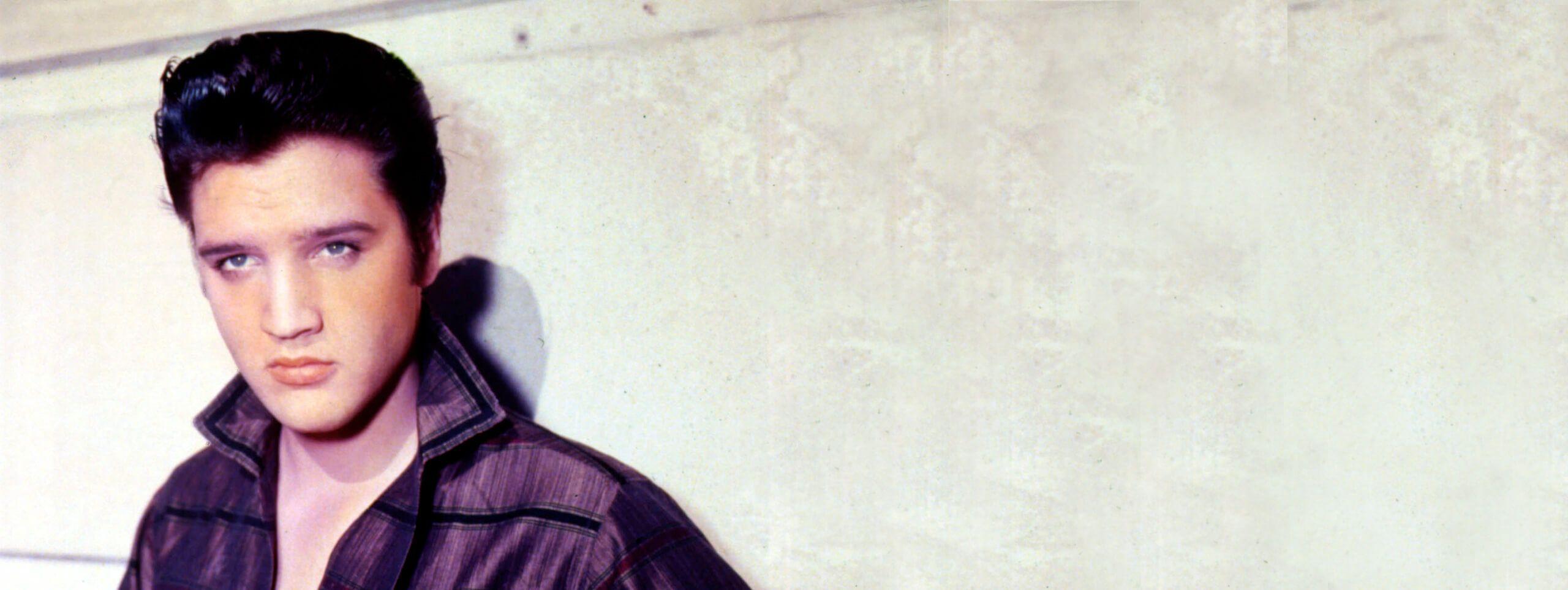 Elvis Presley z fryzura w stylu lat 50-tych