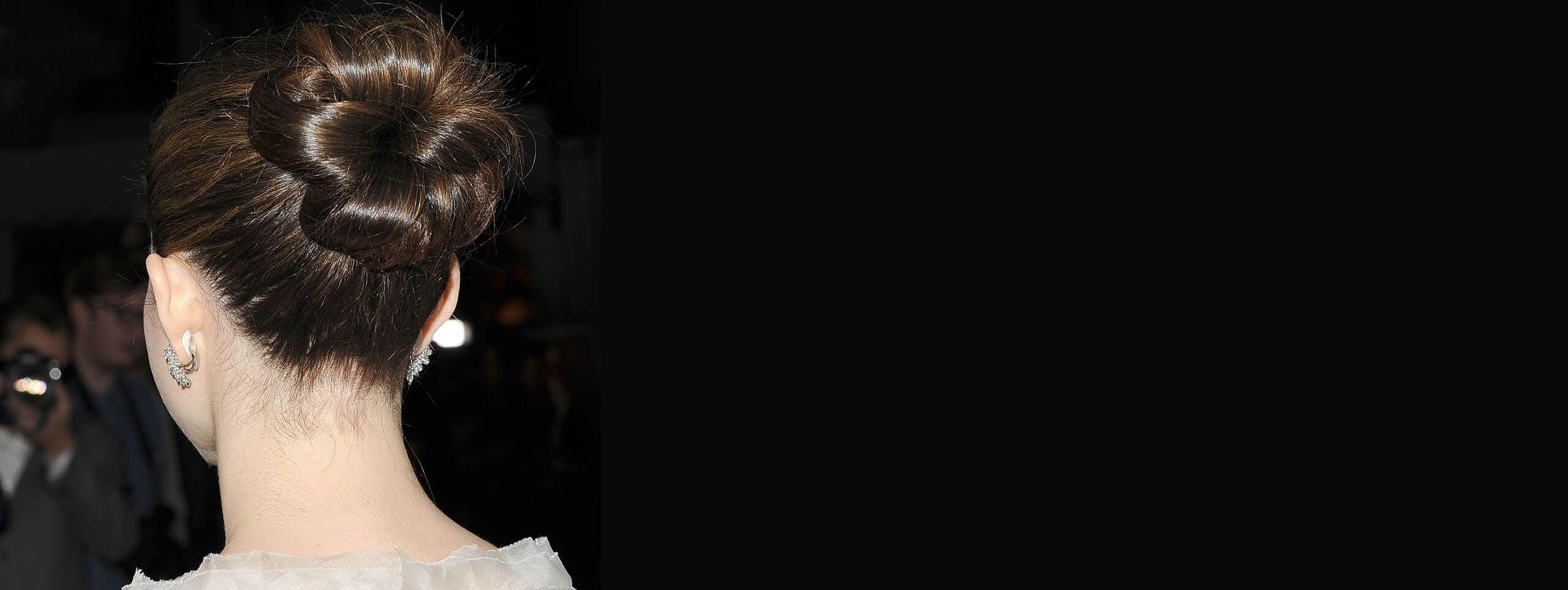 Emmy Rossum uczesana w gładkiego koka