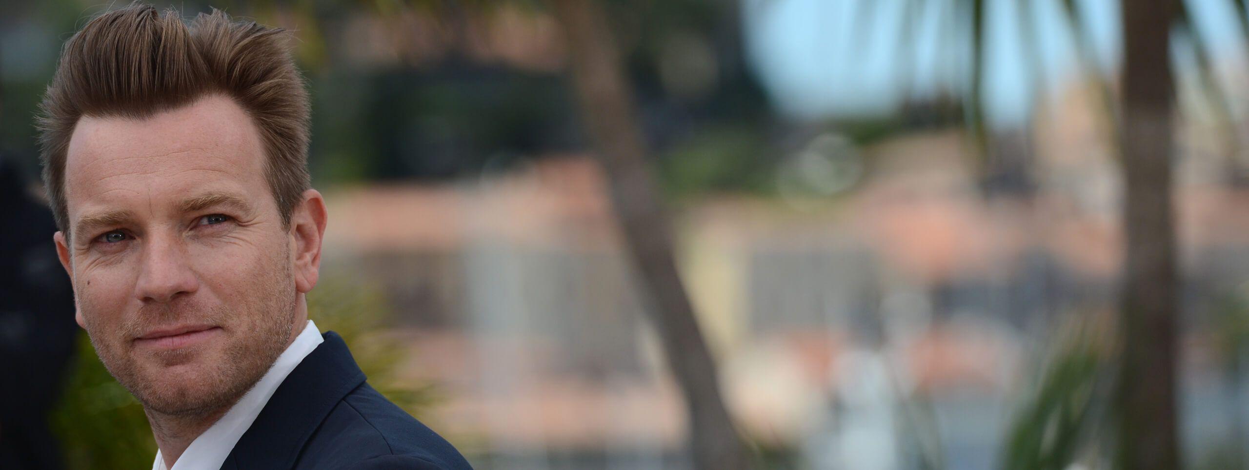 Ewan McGregor z krótka męska fryzurą