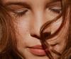 Frontansicht von einer Frau mit welligen roten Haaren