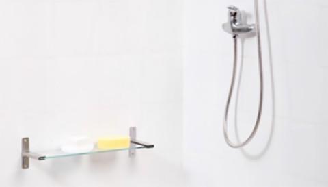 Fai un lavoro di mantenimento delle giunture della doccia