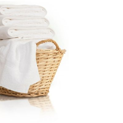 Bir sepet dolusu çamaşırın yanında Persil Sensitive Jel yazısı