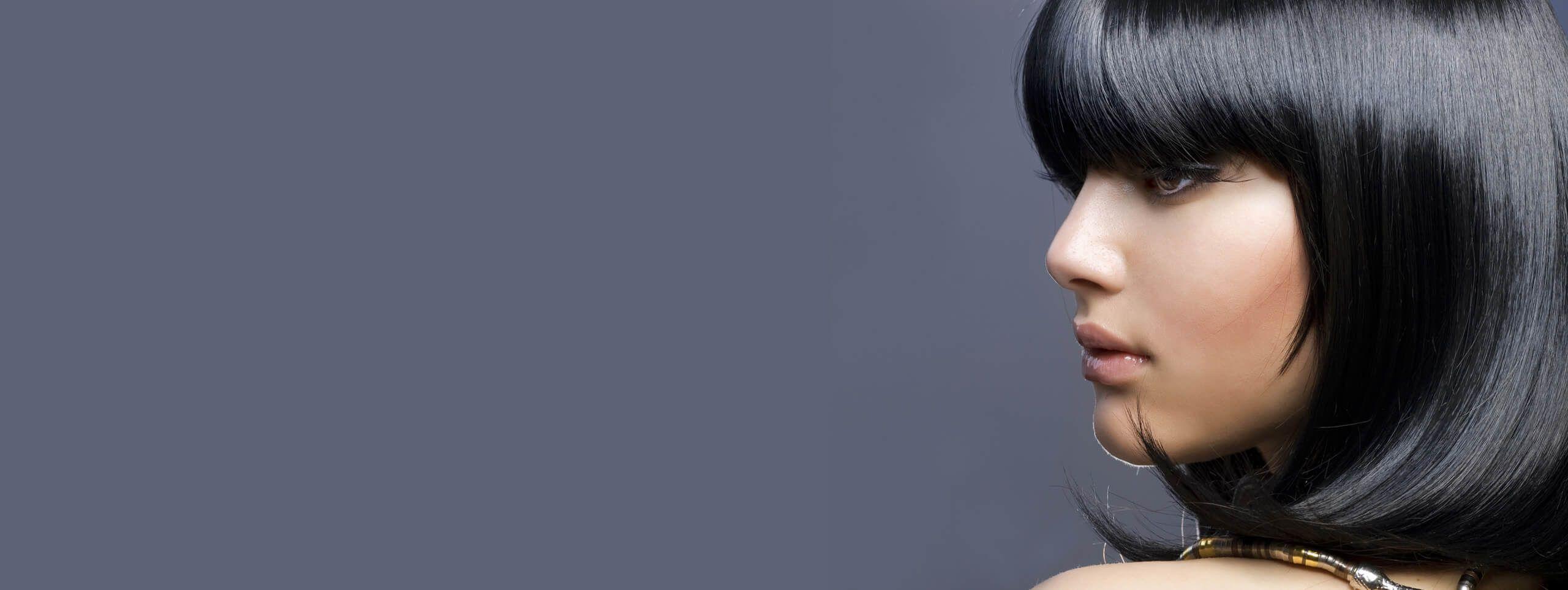 Femme brune cheveux au carré brillant
