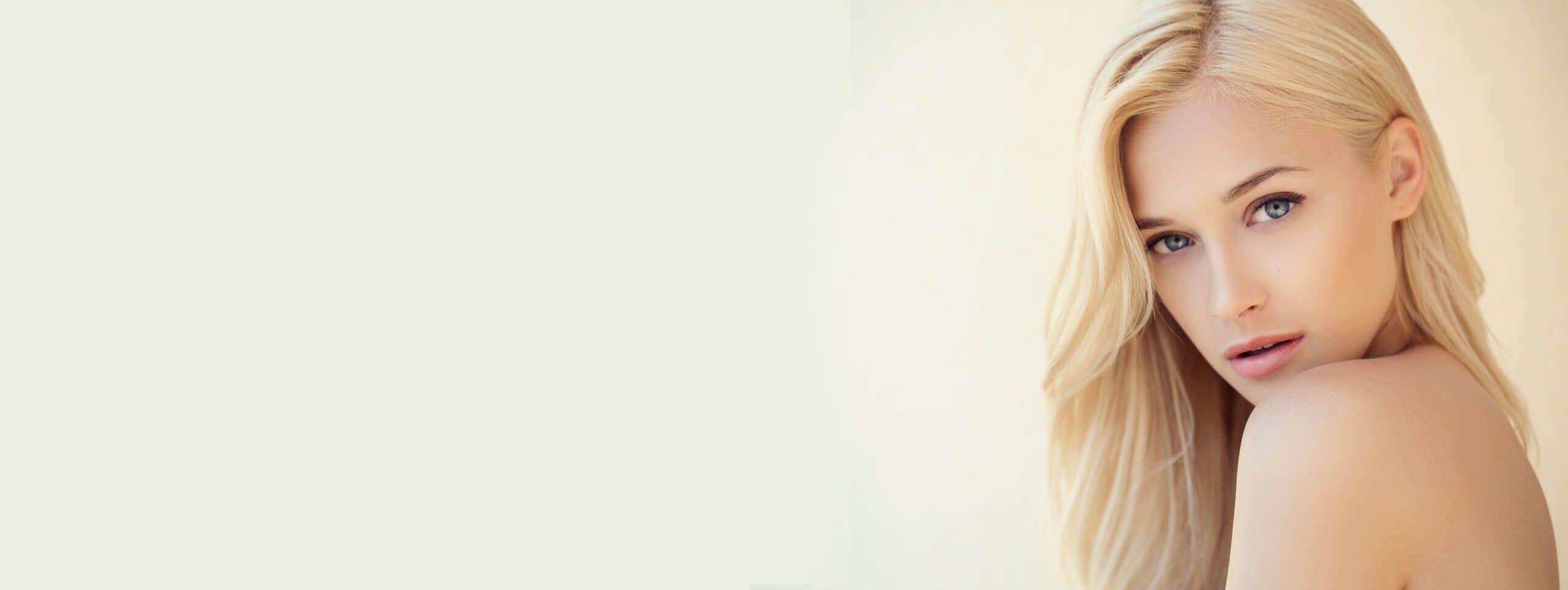 Femme blonde cachée derrière son épaule