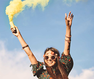 Frau beim Festival