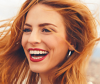 Frau mit fliegenden roten Haaren