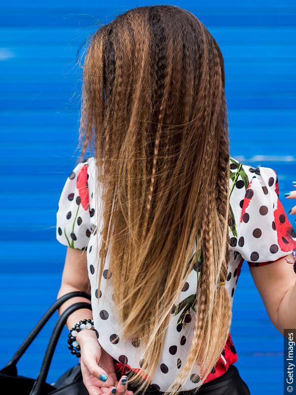 Frau mit langen Haaren, Kreppwelle und 80er-Jahre-Outfit