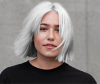 Frau mit silbernen metallic Hair