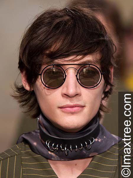 Mann mit Short Shag Frisur und Brille