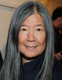 Zdjęcie Yeohlee Teng z fryzurą z długimi siwymi włosami