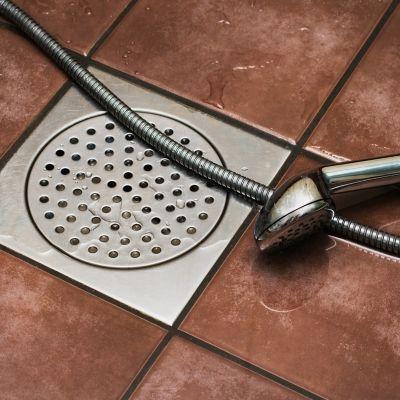Duschabfluss reinigen, Abfluss und Duschkopf