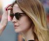 Seitenansicht blonde Frau mit Sonnenbrille