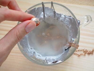 Goldschmuck reinigen mit Alufolie und Schälchen Wasser