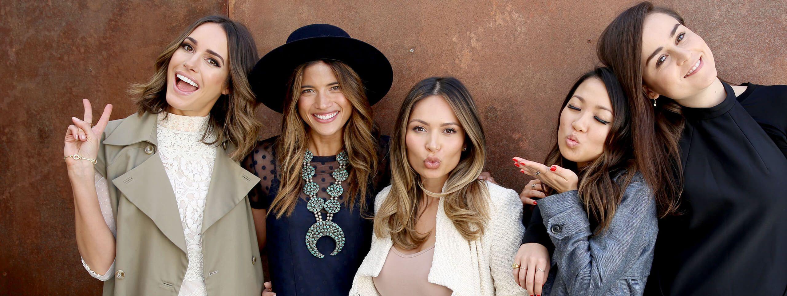 Gruppo di donne con varie acconciature accomunate dall'hair-contouring