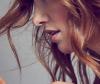 Frau beim Haare zupfen