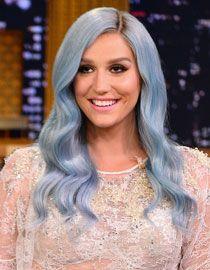 Kesha ose le bleu-violet pastel sur racines foncées