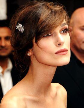 Keira Knightley associe à ses cheveux attachés des bijoux de cheveux pour un style romantique