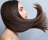 Regelmäßiges Spitzenschneiden lässt die Haare nicht schneller wachsen