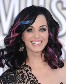 Katy Perry con colpi di sole rosa e blu elettrico
