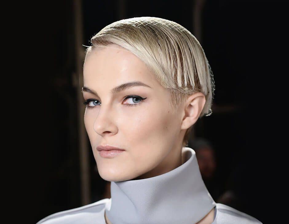 Прическа с сеточкой для волос на короткие волосы