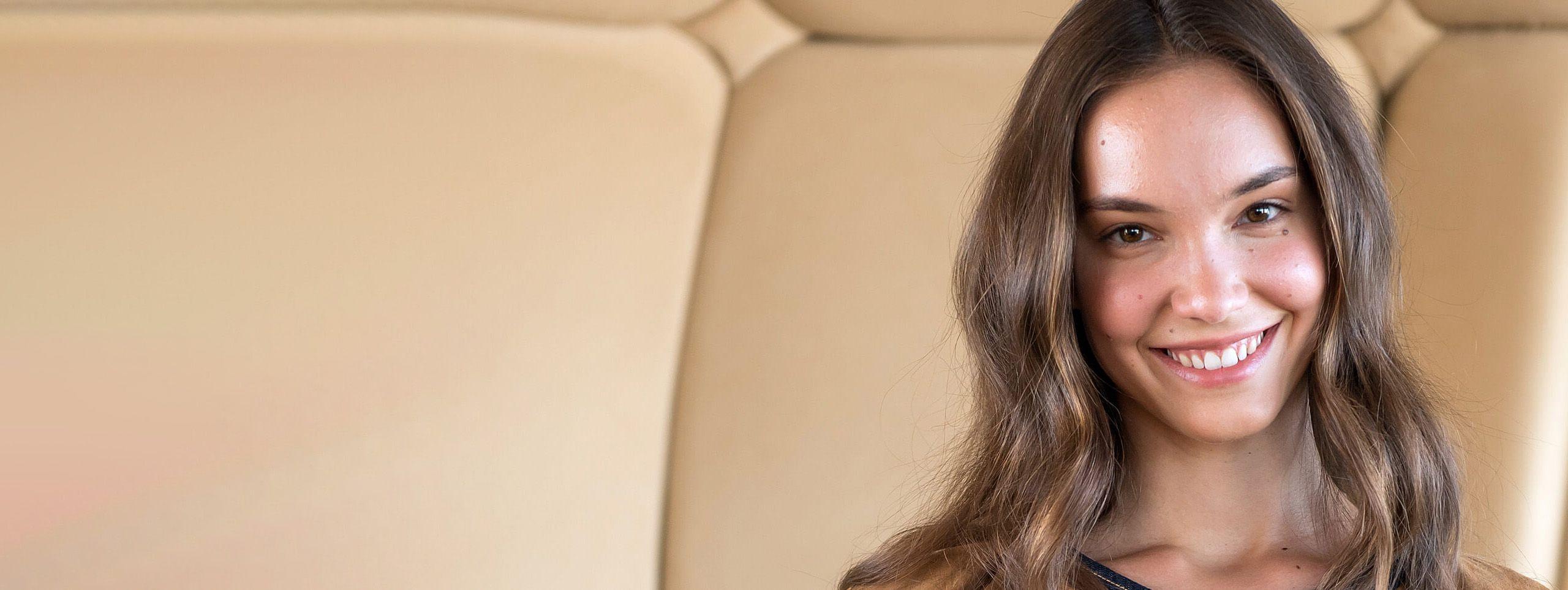 Femme souriante cheveux chatains couleur naturelle