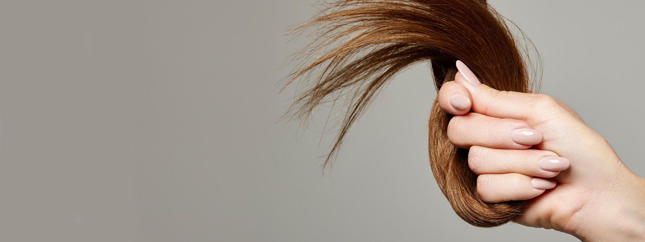 Femme inspectant la chute de ses cheveux