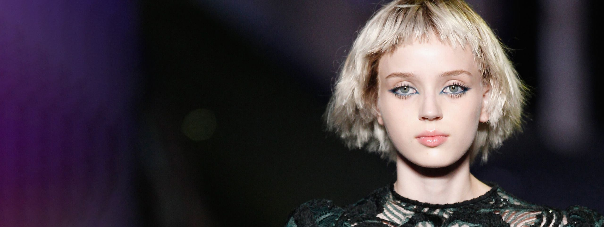Mannequin blonde avec carré asymétrique