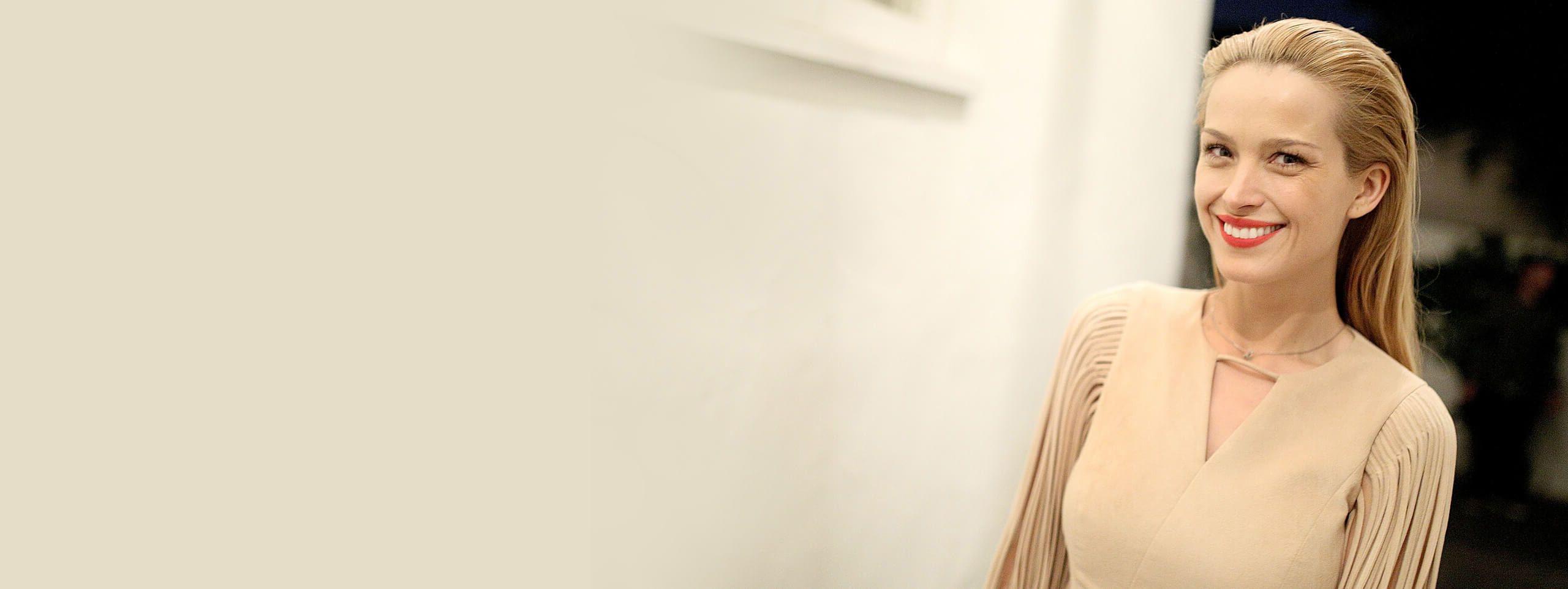 Femme blonde cheveux en arrière