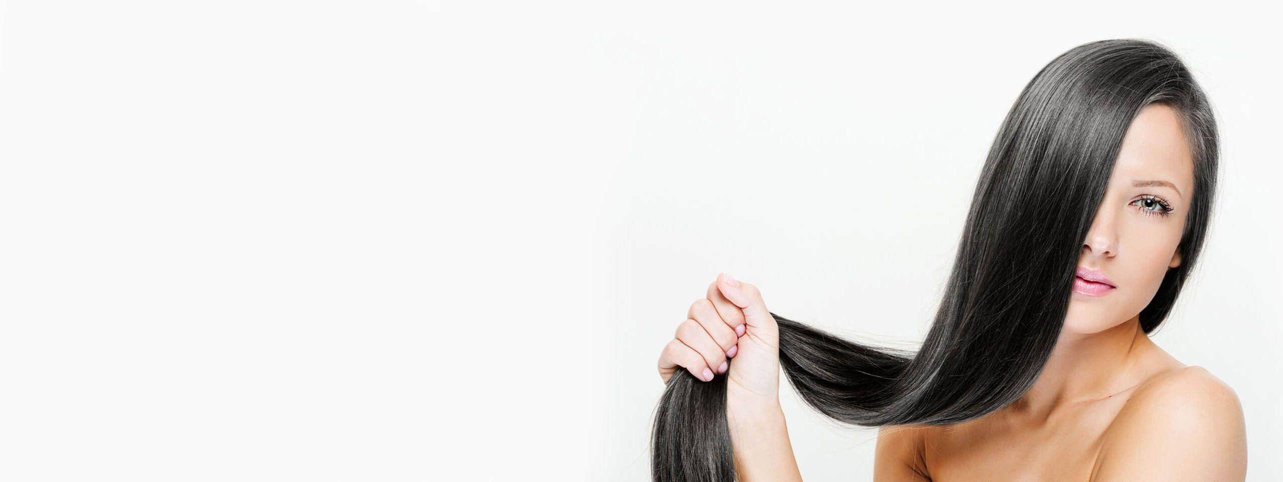 Lana Del Rey de trois quart cheveux aubun